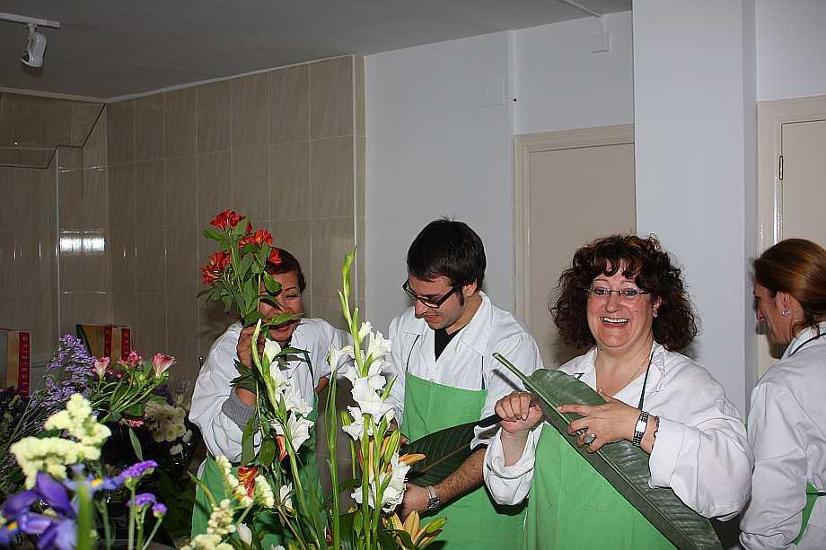 Una de las profesoras de Alojamiento, Pepi Corbacho, impartiendo el módulo de Decoración Floral