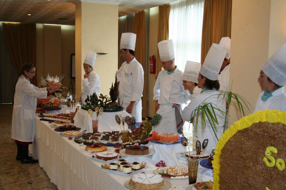 La Coordinadora de Cocina, Dª Magdalena Vila Laurenz, dando instrucciones a los alumnos.