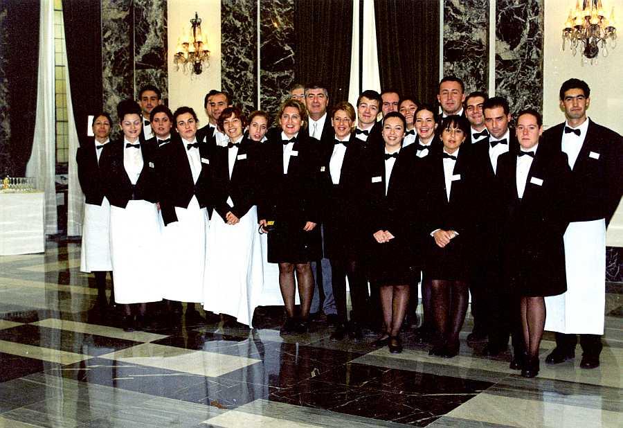 Alumnos esperando para servir un cocktail