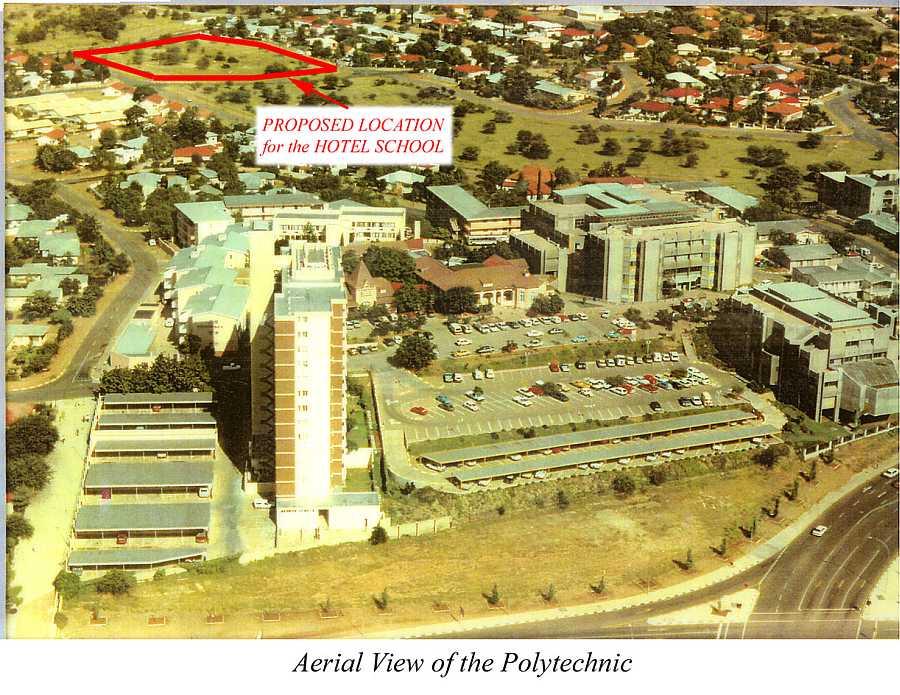 En el año 2000 fuí a realizar un estudio de viabilidad para desarrollar un hotel escuela en Windhoek (Namibia). Resultó totalmente inviable por diversas causas. Las más importantes, la total ausencia de conocimiento sobre aquello a lo que pretendían enfrentarse, así como la falta de dirigentes, técnicos y profesores locales. Por otro lado, la capital contaba con numerosos hoteles de lujo en donde realizar excelentes prácticas, dirigidos por costosísimos equipos extranjeros. No hacía falta ningún hotel escuela. Recomendamos una escuela de hostelería en colaboración con los empresarios del sector. Era obvio, pero necesitaban que alguien de fuera se lo dijera con un informe de 50 páginas.