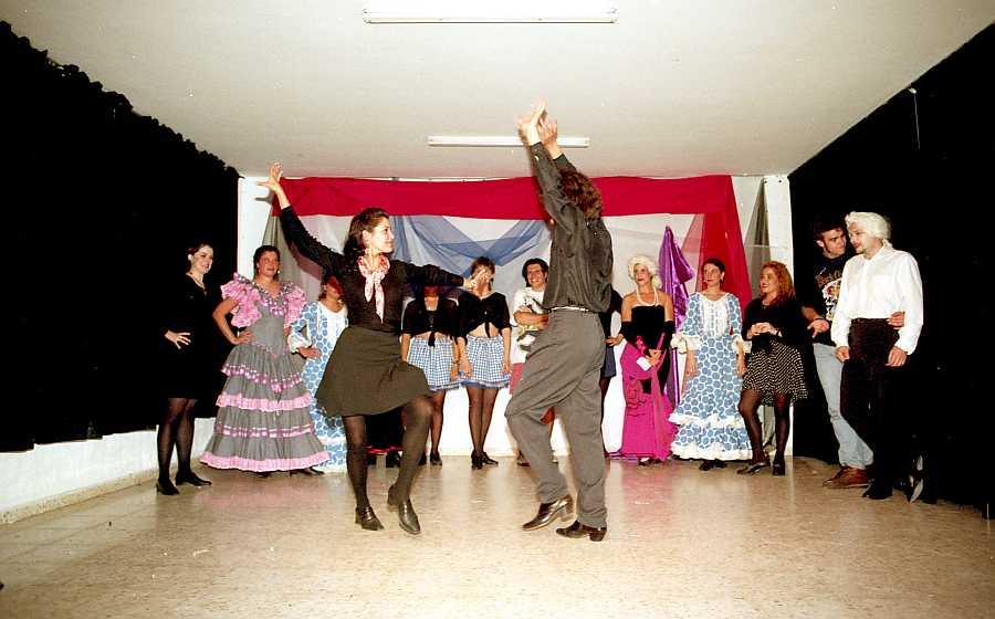 Clase de sevillanas en el Curso de Animación Turística. Esperanza Galán, conocida profesora procedente del Ballet de Antonio Gades, se encargaba de las clases de baile.