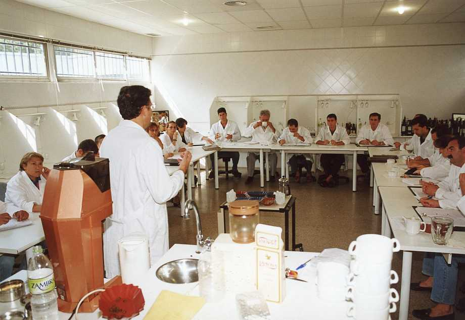 Ricardo Oteros, probablemente el especialista más reputado de España en cafés, hace lo propio en la iniciación al aprendizaje de esta cultura. También con profesores venidos de toda España.