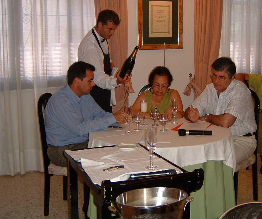 Don Vicente Pérez, Mâitre de los Monteros, profesor del Hotel-Escuela y una de las grandes figuras de la Costa del Sol. Participa como jurado en un concurso de Sumilleres del Centro